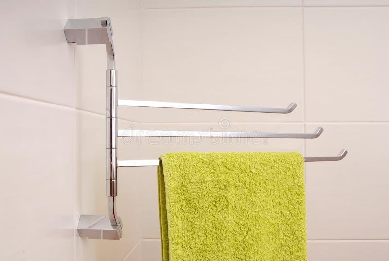 Grünes Tuch ist auf Handtuchhalter stockfotografie