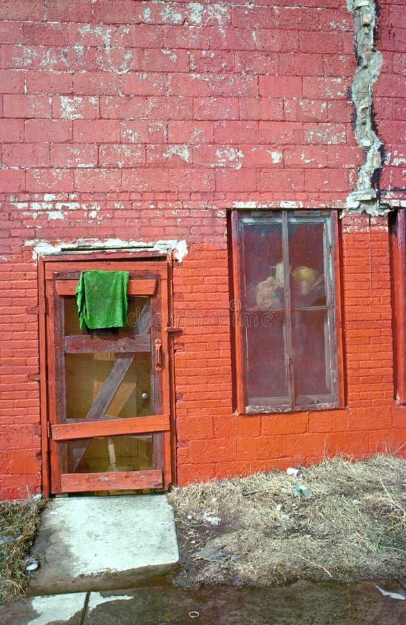 Grünes Tuch und Gebäude lizenzfreies stockbild