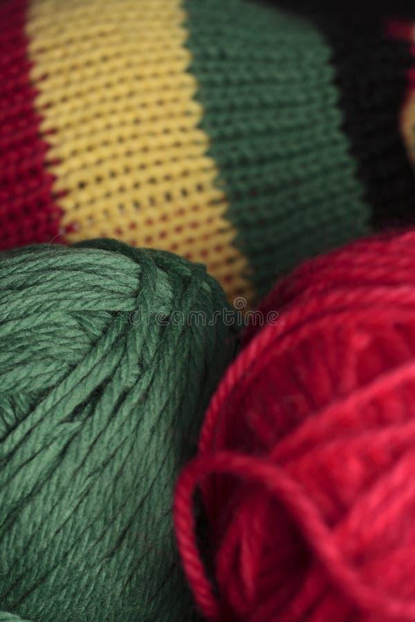 Grünes und rotes Strickgarn stockfoto