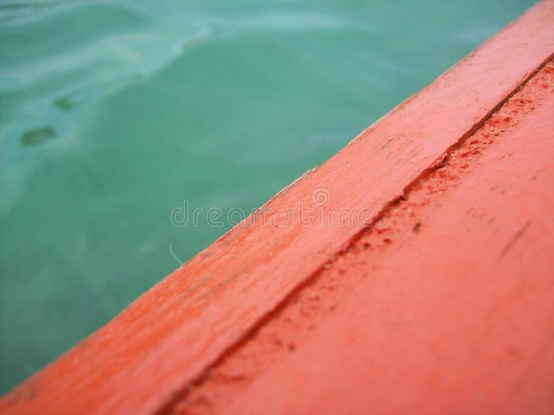Grünes Wasserorangenboot stockbilder