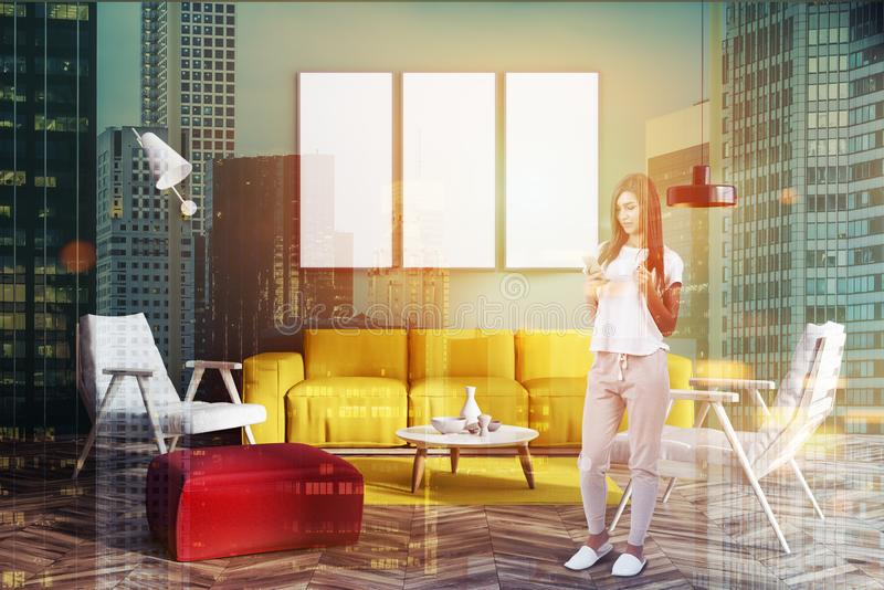 Grünes Wohnzimmer mit Plakatgalerie, Frau lizenzfreie stockbilder