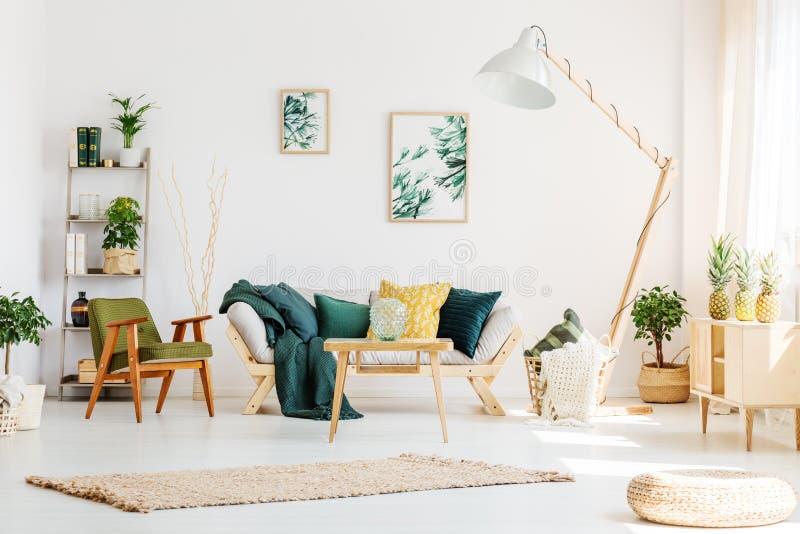 Grünes Wohnzimmer mit Puff lizenzfreie stockfotografie