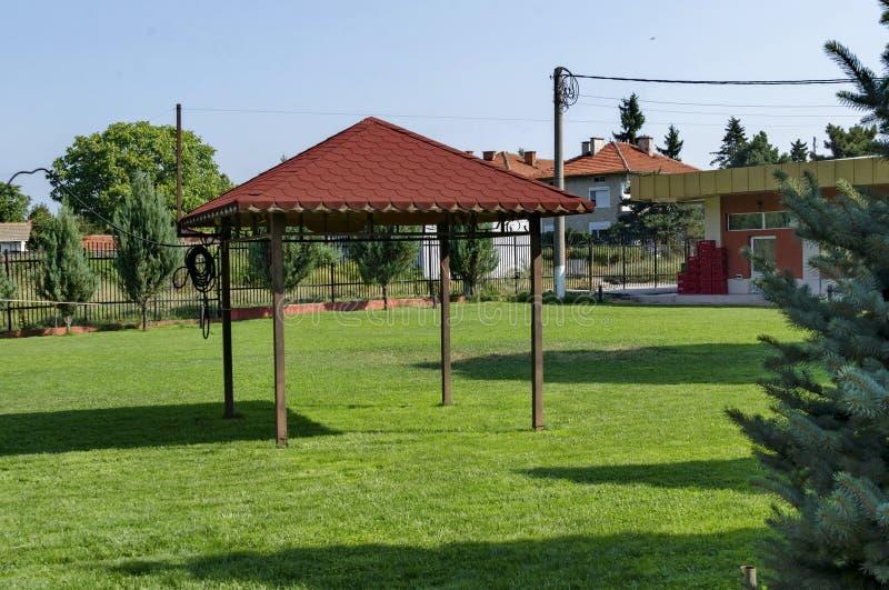 Grünes Yard der Schönheit mit Nische für Picknick lizenzfreies stockbild