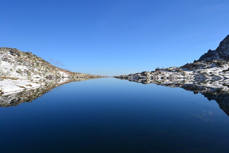 Grünparkholz des blauen Himmels der Gebirgsnatur bewölkt den netten Seereflex stockbilder