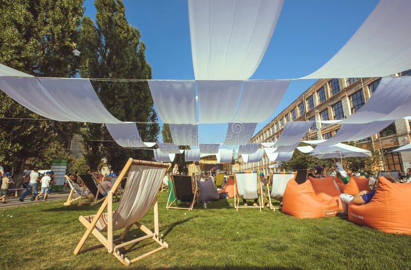 Grünstreifen mit Schatten- und Ruhesesselstühlen auf Gras in Europa lizenzfreie stockbilder