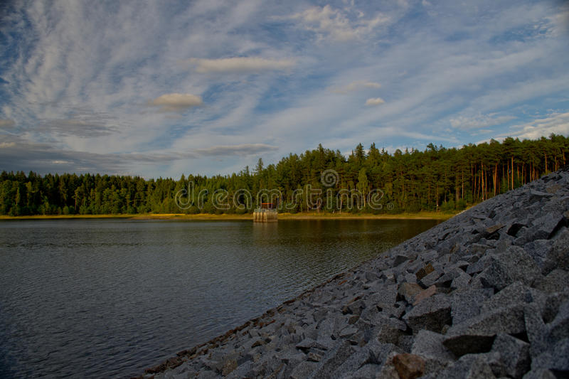 Grünwaldhimmelverdammungsteich-Wassersteine des Naturverheerenden feuers stockfoto