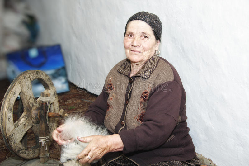 gręplowania starszej kobiety włóczkowa przędza fotografia stock