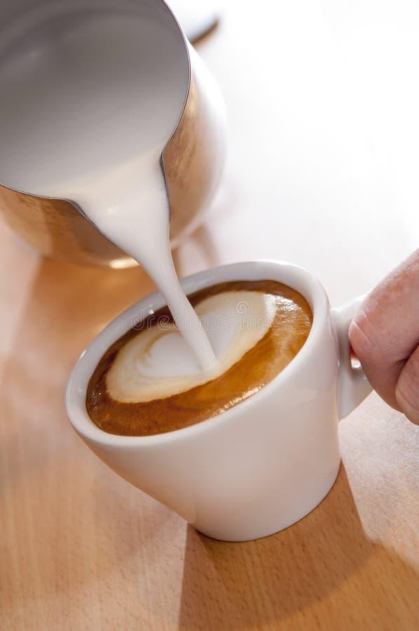 Grże Dojnego lub Kremowego plombowanie filiżanka kawa espresso zdjęcia royalty free