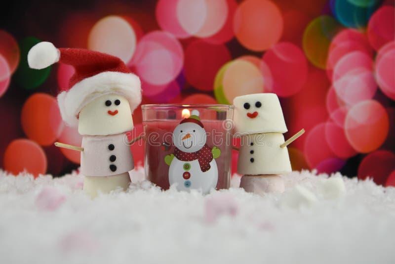 Grże kolor Bożenarodzeniową karmową fotografię używać marshmallows kształtujących jako bałwan z lukrowym na uśmiechu i czerwień z obraz stock