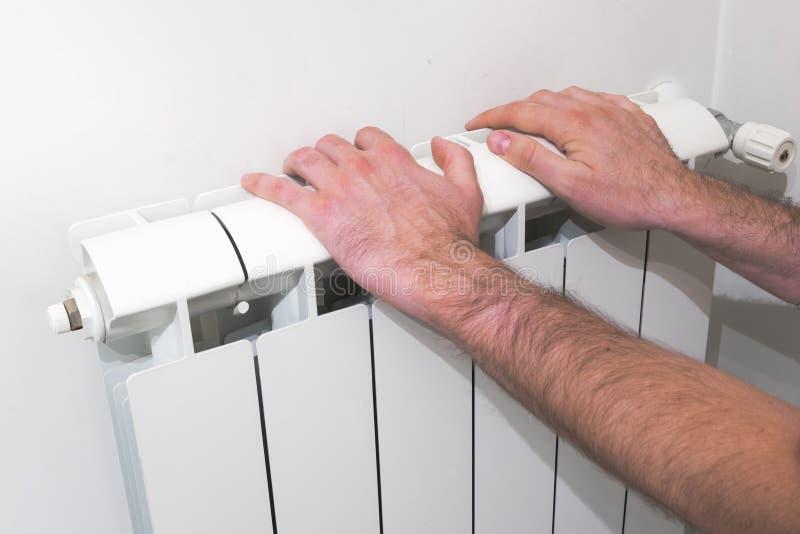 Grże up ręki nad hydraulicznym elektrycznym nagrzewaczem obraz royalty free