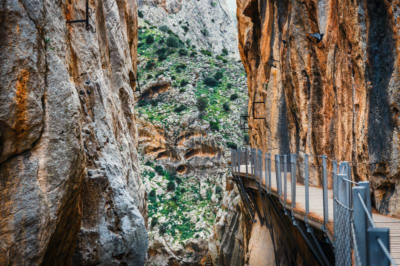 Gr Caminito Del Rey - bergweg langs steile hellingen in kloof Chorro, Andalusia, Spanje stock afbeelding