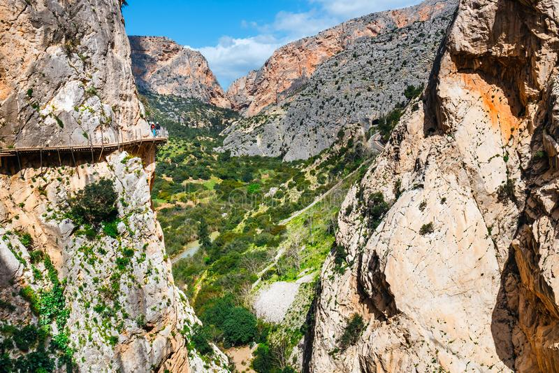 Gr Caminito Del Rey - bergweg langs steile hellingen in kloof Chorro, Andalusia, Spanje stock foto