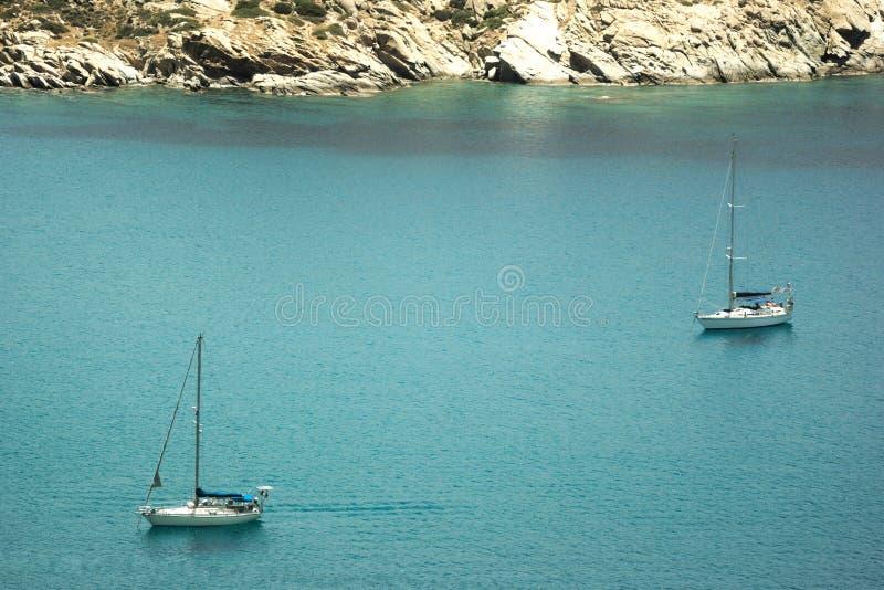 Gr?cia, a ilha do Ios Dois barcos de naviga??o fotos de stock