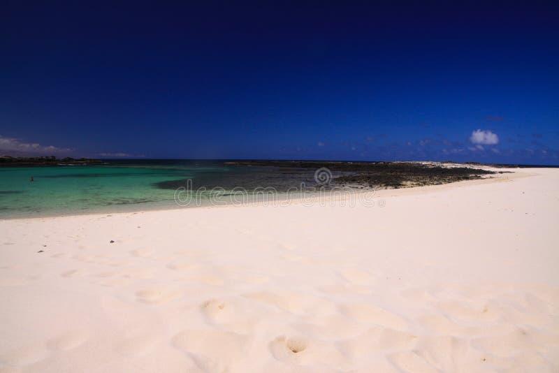 Gr Cotillo, het Noorden Fuerteventura: Weergeven over helder wit zandstrand op turkooise lagune van strandla Concha tegen diepe b stock afbeelding