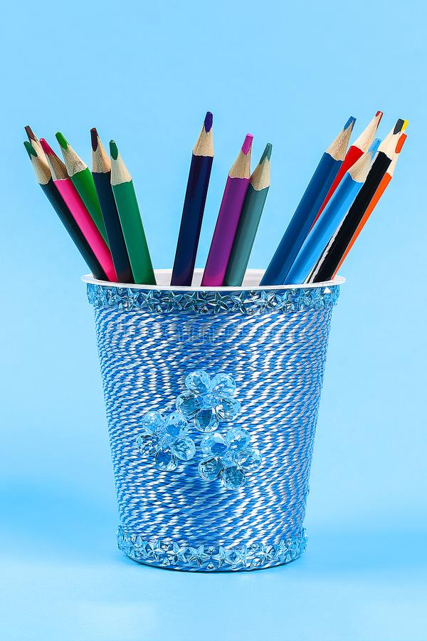 Gr?ddfil f?r exponeringsglas f?r den Diy blyertspennah?llaren slogg in plast-, yoghurt bl? bakgrund f?r tr?den arkivbilder