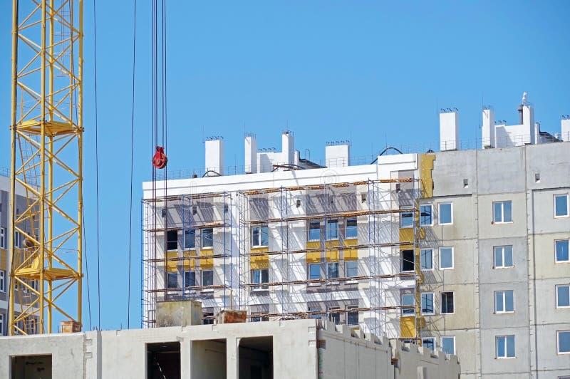 Gr?a del edificio y edificio bajo construcci?n imagenes de archivo