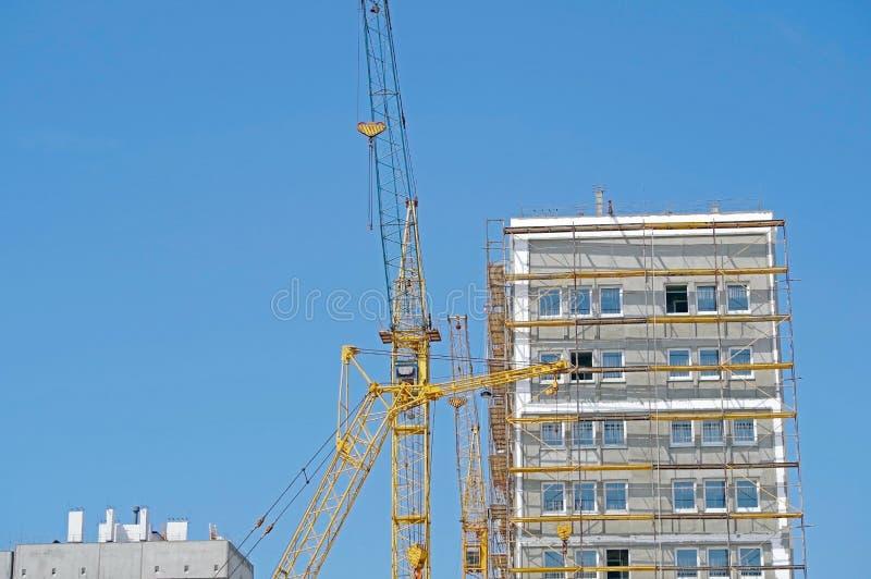 Gr?a del edificio y edificio bajo construcci?n imagen de archivo libre de regalías