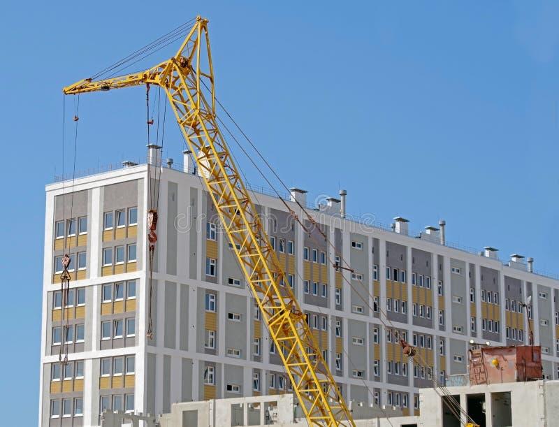 Gr?a del edificio y edificio bajo construcci?n imagen de archivo