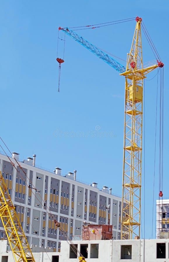 Gr?a del edificio y edificio bajo construcci?n fotografía de archivo