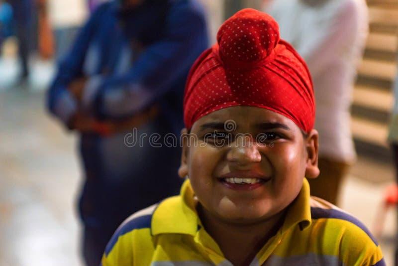 ÂGRÂ, INDE - 8 NOVEMBRE 2017 : Portrait du sourire indien non identifié de garçon image libre de droits