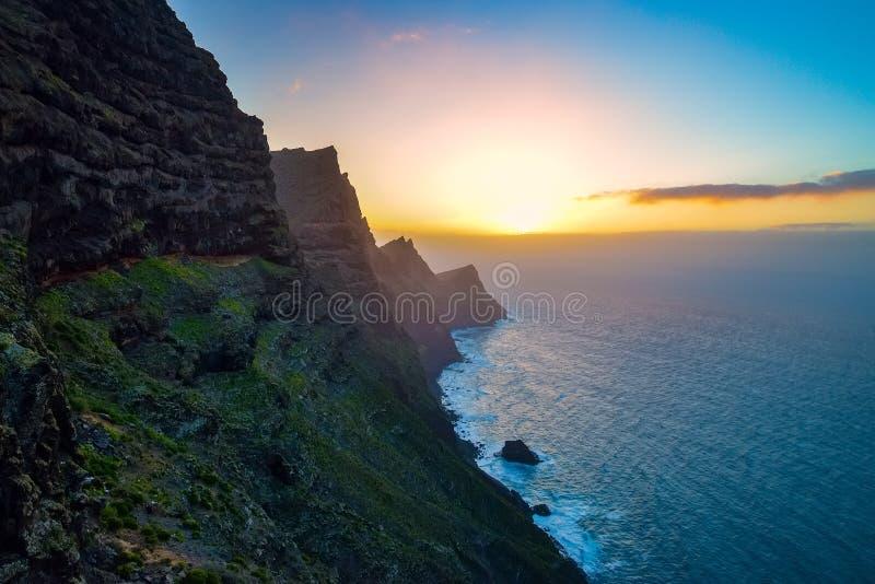 Gr Mirador del Balcon Mooie zonsondergang op de rotsachtige Atlantische kust in het het westendeel van het eiland van Gran Canari stock foto's