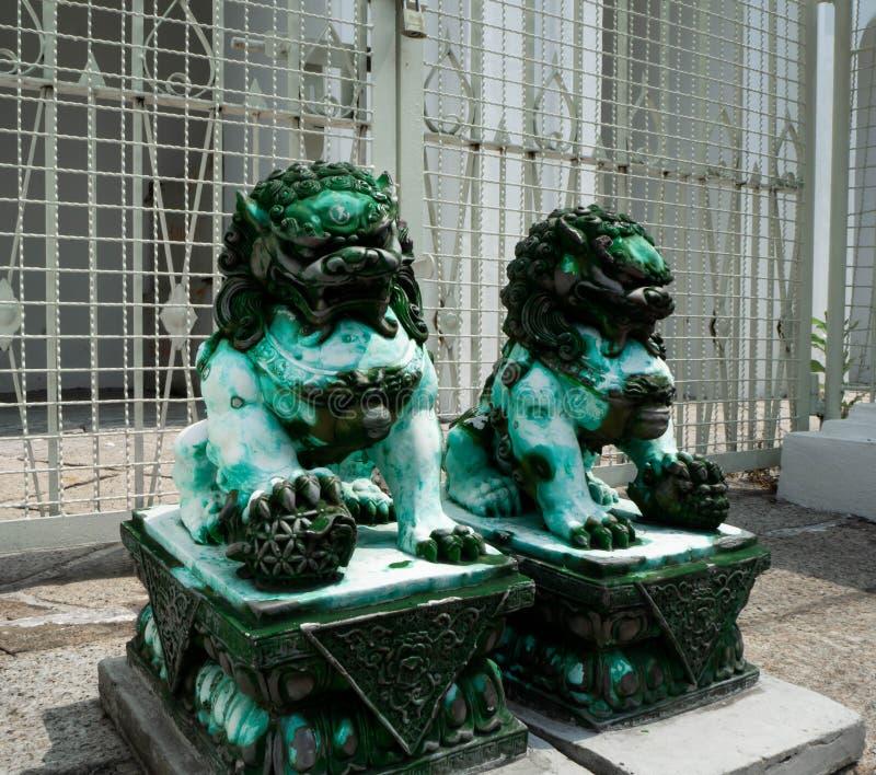 Gr?n jade ?r stenen Lion Statue royaltyfri bild