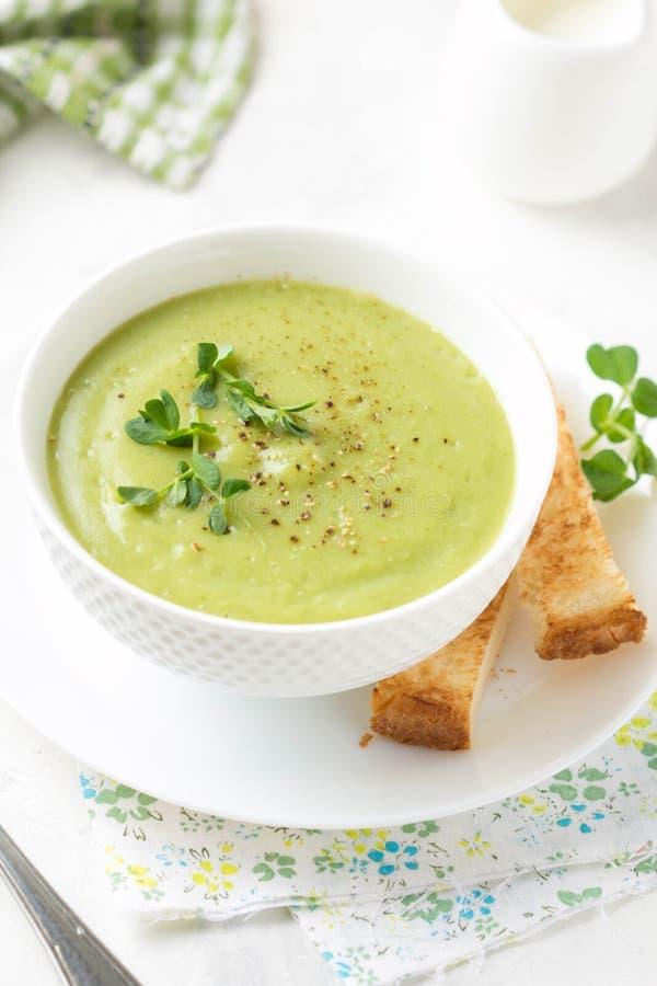 Gr?n kr?m- broccoli f?r gr?nsaksoppa, ?rtor, zucchini, spenat) med rostat br?d, krutonger L?cker vegetarisk sund v?r sommar arkivfoto