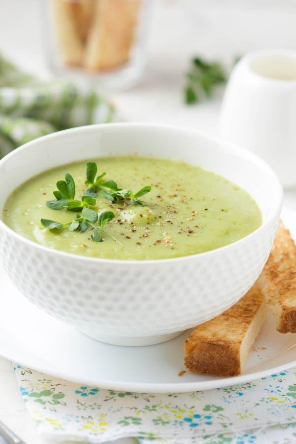 Gr?n kr?m- broccoli f?r gr?nsaksoppa, ?rtor, zucchini, spenat) med rostat br?d, krutonger L?cker vegetarisk sund v?r sommar royaltyfria bilder