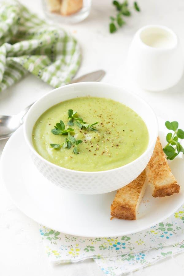 Gr?n kr?m- broccoli f?r gr?nsaksoppa, ?rtor, zucchini, spenat) med rostat br?d, krutonger L?cker vegetarisk sund v?r sommar royaltyfri foto