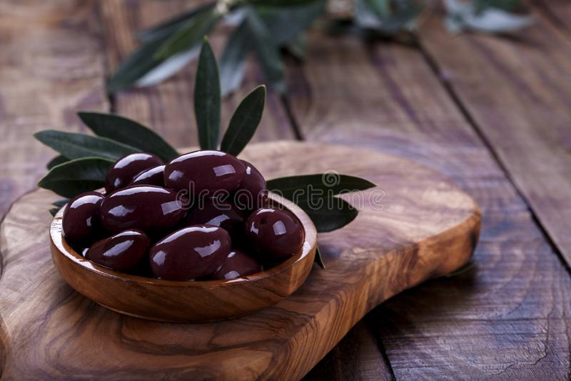 Gr?n marinierte Oliven lizenzfreie stockbilder