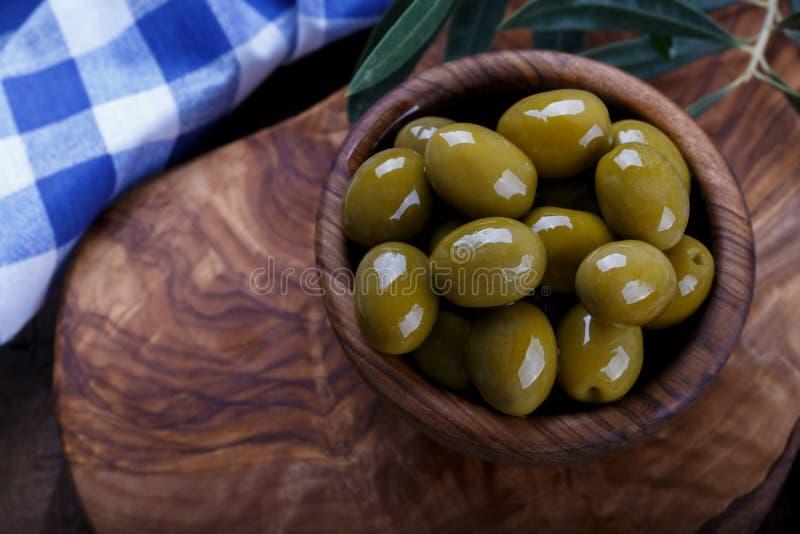 Gr?n marinierte Oliven lizenzfreie stockfotos