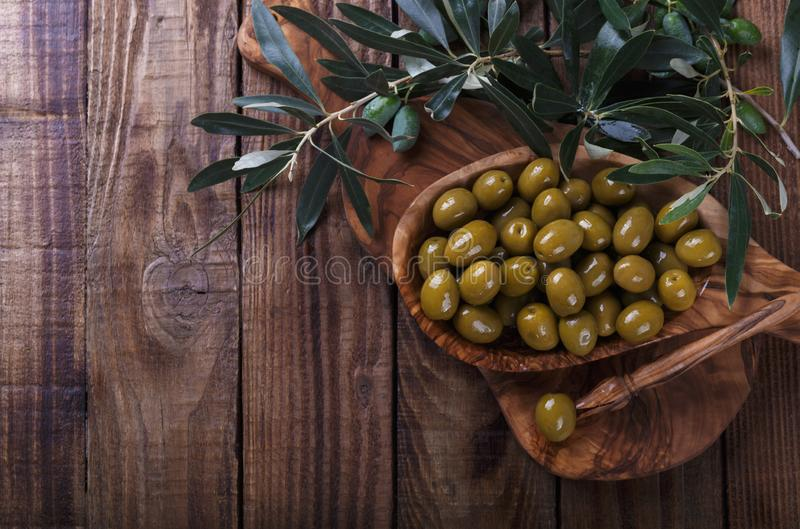 Gr?n marinierte Oliven stockfoto
