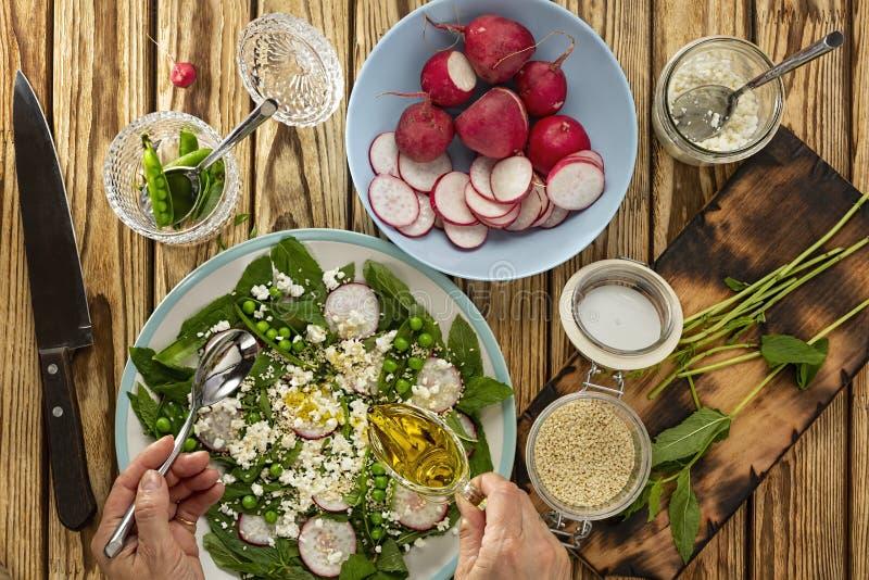 Gr?n gr?nsak, vegetariskt organiskt, handsnitt, sund mat, nya gr?nsaker, platta, hemmafru som skivar, organisk mat som lagar mat  arkivbilder
