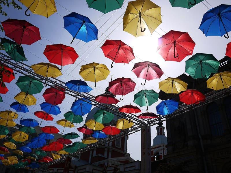 Gr?nd av att sv?va paraplyer stad av St Petersburg, Ryssland H?rlig gata med beautifully dekorerat arkivbilder