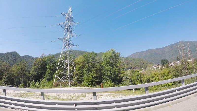 Gr?ne neue Landschaft von bewaldeten H?geln, Ferienkonzept, Ansicht vom Autofenster mit dem fisheye Effekt szene stockbild