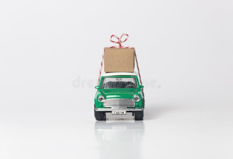 Gr?ne Reisespielzeug-Autoseite stockfoto