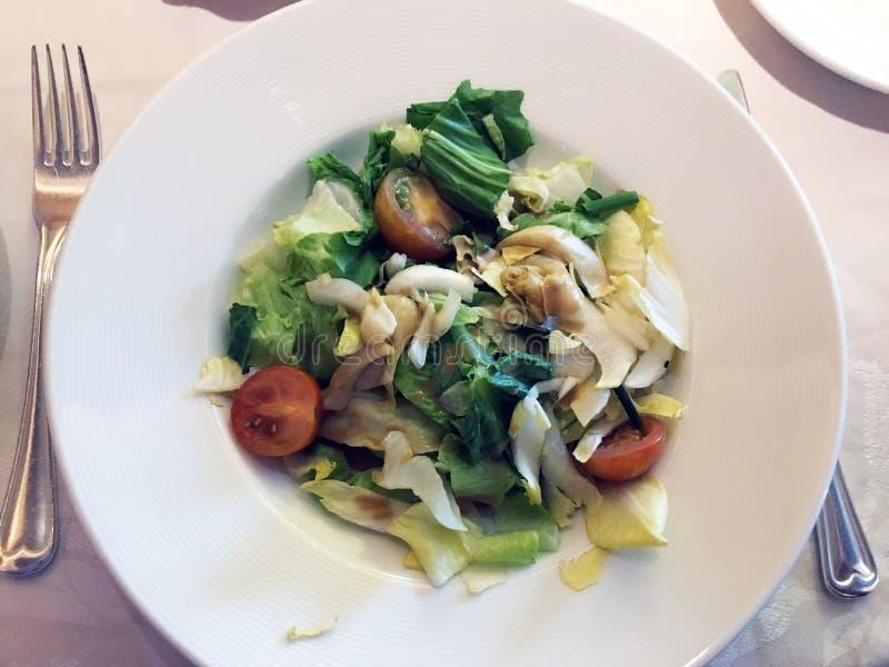 Gr?ner Salat mit Kirschtomaten lizenzfreie stockfotos