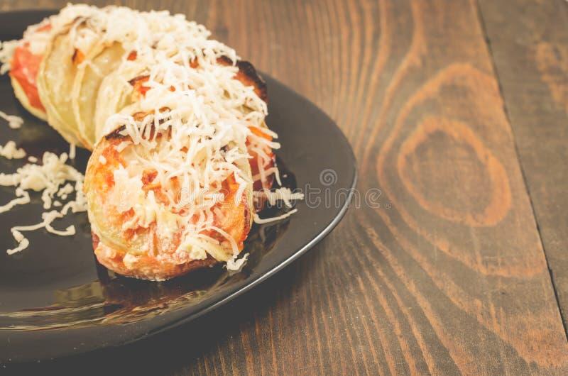 Gr?nsakragu fr?n tomater av gr?nsakm?rg och k?tt trewed med ost p? en svart bunke Tr?tabell med kopieringsutrymme royaltyfri bild