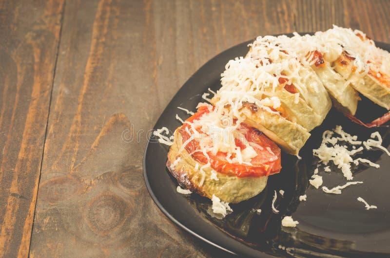Gr?nsakragu fr?n tomater av gr?nsakm?rg och k?tt trewed med ost p? en svart bunke Tr?tabell med kopieringsutrymme arkivfoto