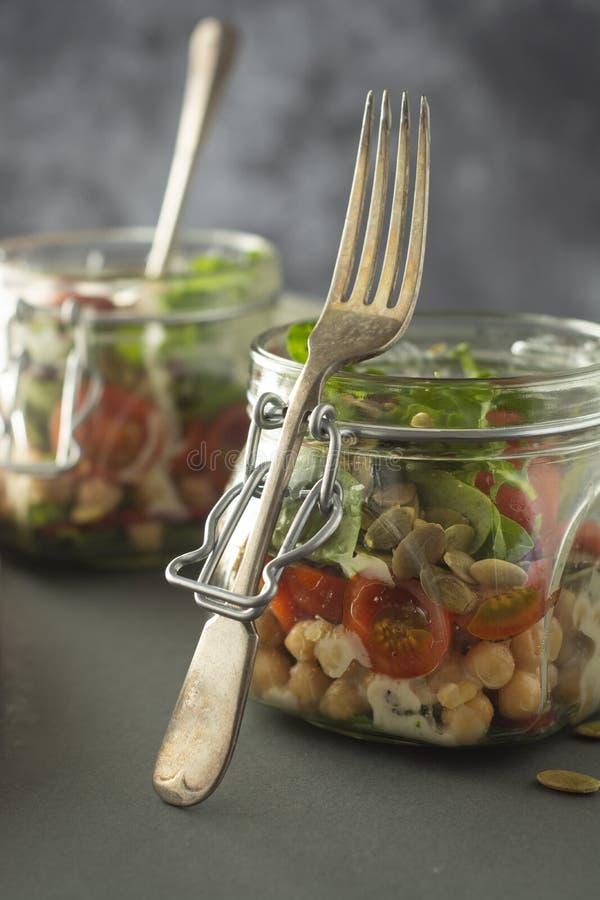 Gr?nsaksallad i exponeringsglaskrus, bantar, detoxen, rent ?ta och det vegetariska begreppet, kopieringsutrymme royaltyfri bild