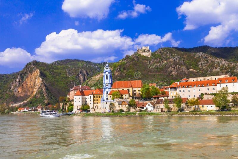 Gr?nsm?rken av Austia, lopp ?ver den Danaube floden - Durnstein stad royaltyfria bilder