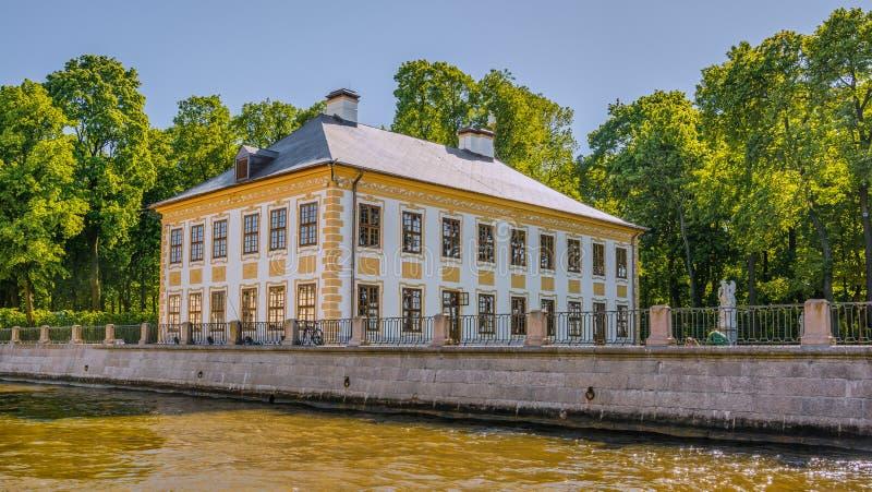 Gr?nsm?rken St Petersburg, Ryssland i Tsarskoe Selo den Alexander tr?dg?rden arkivbild