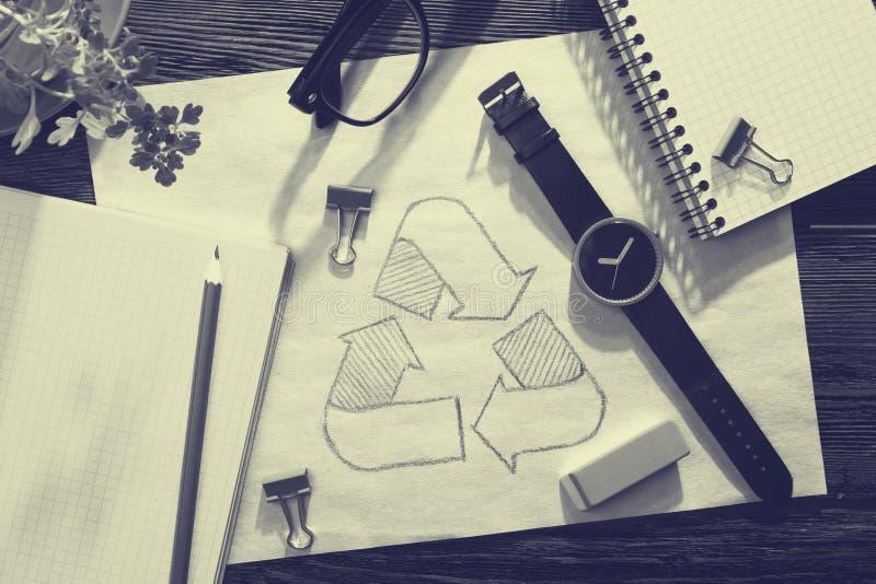 Gr?nt energibegrepp - notepaden med skissar p? skrivbordet royaltyfri foto