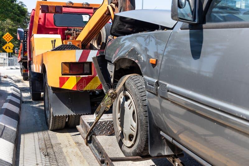 Gr?a que remolca un coche analizado en emergencia fotografía de archivo
