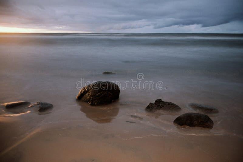 gr strand för några stenar royaltyfri fotografi