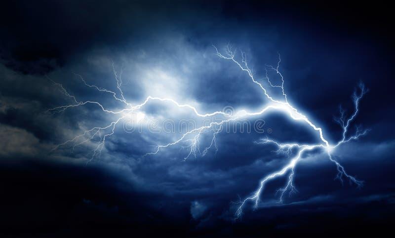 Gr?ve surprise sur le ciel nuageux fonc? photos libres de droits