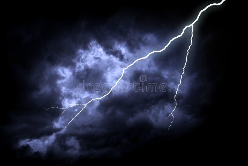 Gr?ve surprise sur le ciel nuageux fonc? photo stock