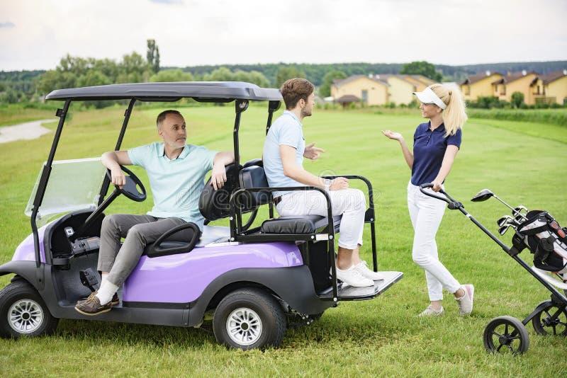 Grać w golfa kamratów na polu golfowym obrazy royalty free