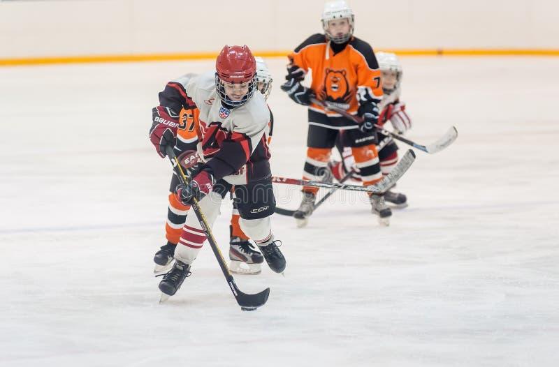 Gra między dziecko hokeja drużynami obrazy royalty free