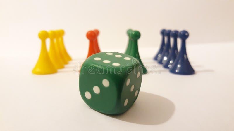 Gra planszowa kawałki z kostka do gry obrazy stock